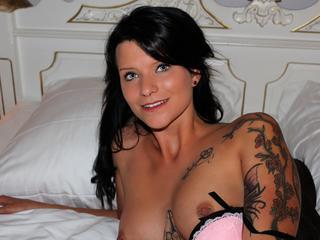 Anal-Sex, Dominant, Intimschmuck, Oralsex, Parkplatz-Sex, Piercing, Rollenspiele, Sexspielzeug, Tattoos, Dominant, Frech, Neugierig, Tabulos, Verspielt